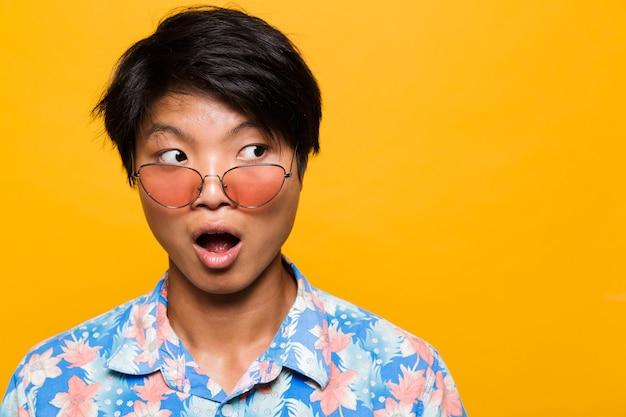 Schließen sie herauf porträt eines schockierten asiatischen mannes in der sonnenbrille