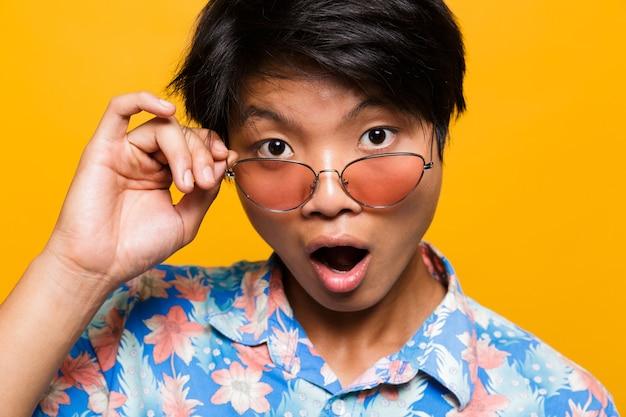Schließen sie herauf porträt eines schockierten asiatischen mannes
