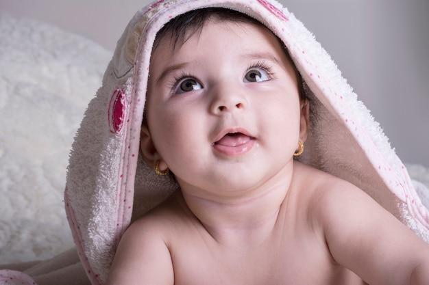 Schließen sie herauf porträt eines tragenden weißen badtuches des kleinen babys