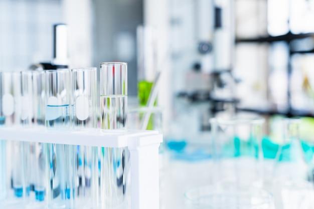 Schließen sie herauf reagenzglas im wissenschaftsraum