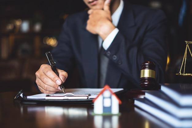 Schließen sie herauf rechtsanwaltgeschäftsmannschreiben oder lesevertragsdokument im büroarbeitsplatz für beraterrechtsanwaltkonzept.