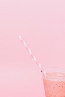 Schließen sie herauf rosa smoothie mit kopienraum