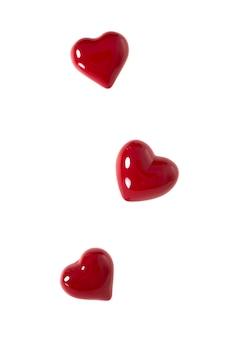 Schließen sie herauf rotes herzformsymbol der liebe auf weißem hintergrund