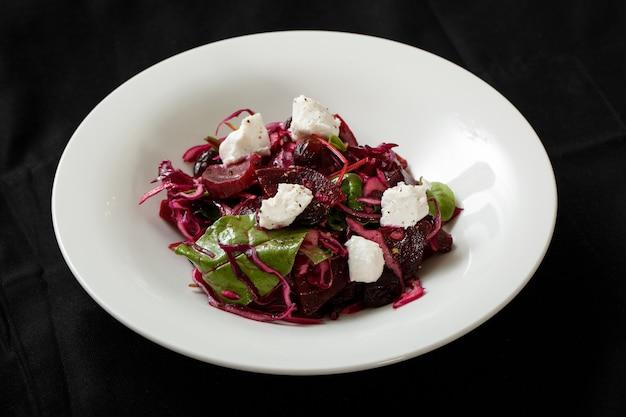 Schließen sie herauf salat mit kohl der roten rübe und mozzarella