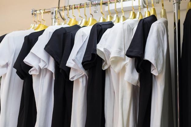 Schließen sie herauf sammlung von schwarzweiss-farbe monochrom, t-shirt hängenden kleiderbügel