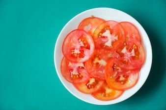 Schließen Sie herauf Scheiben der saftigen Tomate