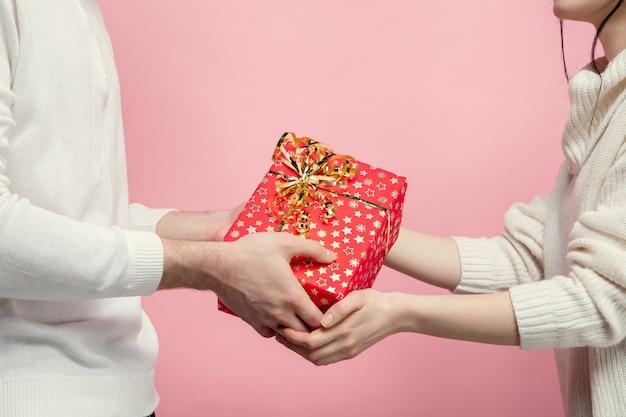 Schließen sie herauf schönes paar verliebt in rosa studiowand