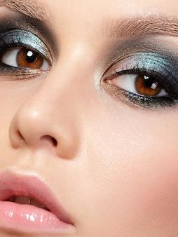 Schließen sie herauf schönheitsporträt der jungen frau mit schönem mode-make-up