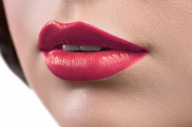 Schließen sie herauf schuss der lippen einer frau, die lippenstift oder lippenglöckchen trägt