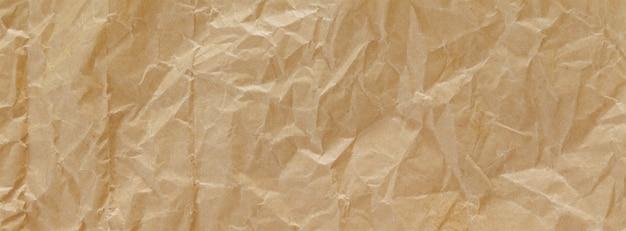 Schließen sie herauf schuss des hellbraunen zerknitterten recyclingpapier-beschaffenheitshintergrundes