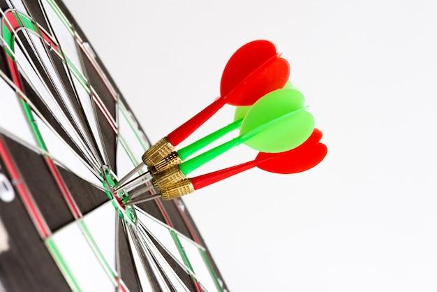 Schließen sie herauf schuss grüne und rote pfeilpfeile in der zielmitte.