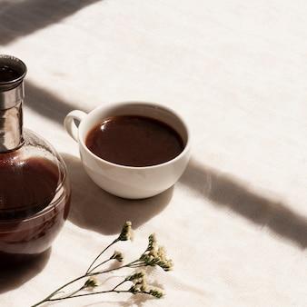 Schließen sie herauf schwarzen kaffee in der schale