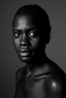 Schließen sie herauf schwarzweiss-foto der afroamerikanerfrau