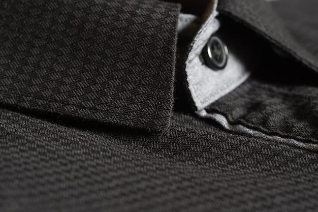 Schließen sie herauf selektiven fokus des schwarzen hemdes