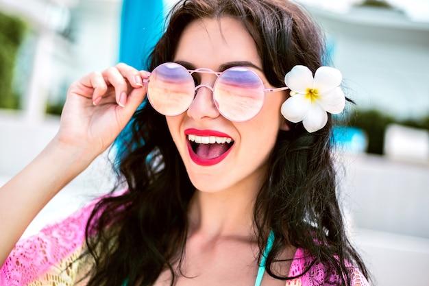 Schließen sie herauf sommerporträt der schönen brünetten frau im urlaub. aufgeregte emotionen.
