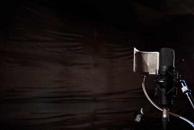Schließen sie herauf studiokondensatormikrofon mit knallfilter und anti-vi