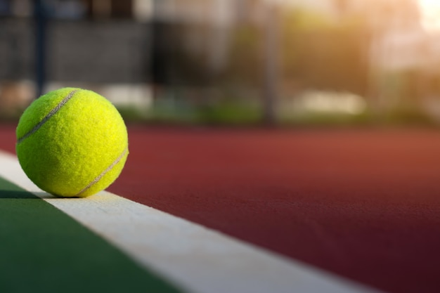 Schließen sie herauf tennisball auf unschärfegerichthintergrund