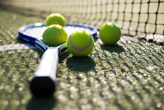 Schließen sie herauf tennisrakete und -bälle