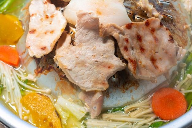 Schließen sie herauf thailändisches grillbuffet schweinefleischwanne und gemüsesuppe thailändisches rezept.