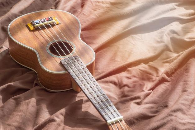Schließen sie herauf ukulele auf hölzernem hintergrund