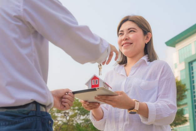 Schließen sie herauf verkäufer, der hauptschlüssel zum geschäftsverkaufs-immobilienmietkonzept hält