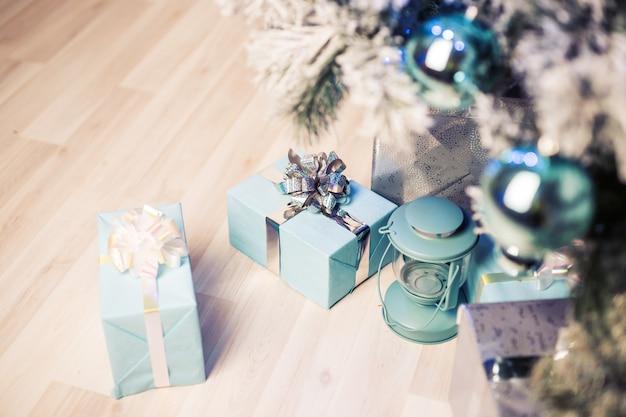 Schließen sie herauf verzierte tanne und geschenkboxen.
