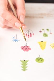 Schließen sie herauf von verschiedenen bunten blumen naturdesign gemalt mit pinsel und aquarellen auf papier
