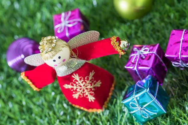Schließen sie herauf weihnachtsdekoration auf gras