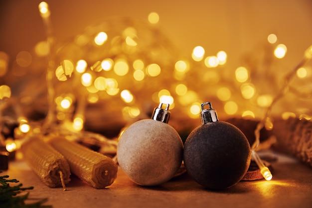 Schließen sie herauf weihnachtsdekorationen auf tisch