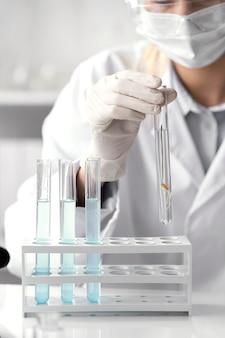 Schließen sie herauf wissenschaftler tragen gesichtsmaske