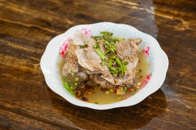Schließen sie herauf würziges schweinefleisch geborene suppe mit einem reis.