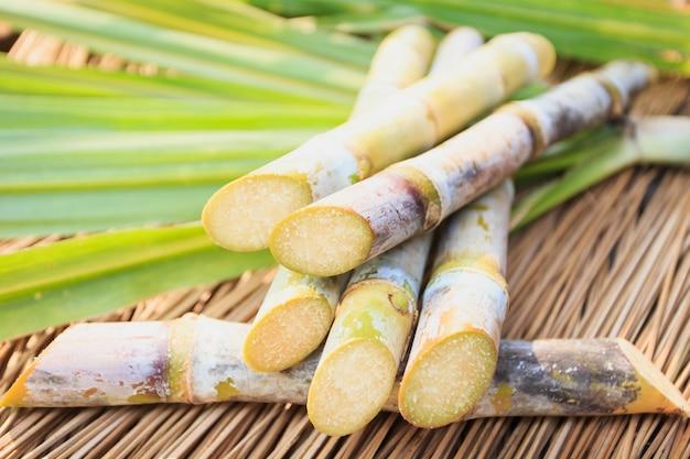 Schließen sie herauf zuckerrohr witn blatt auf hölzerner tabelle