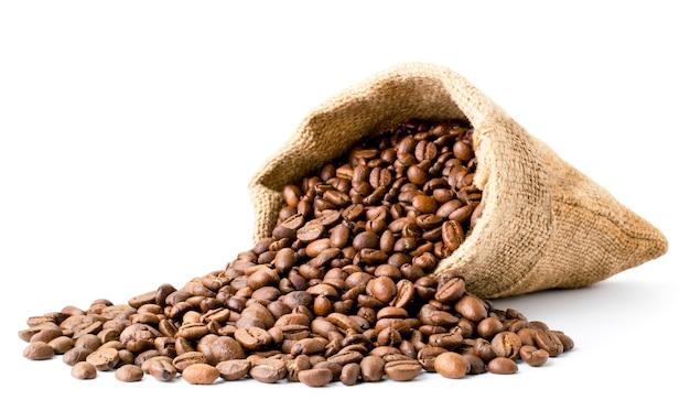 Schließen sie kaffeebohnen, die aus dem beutel verschüttet werden