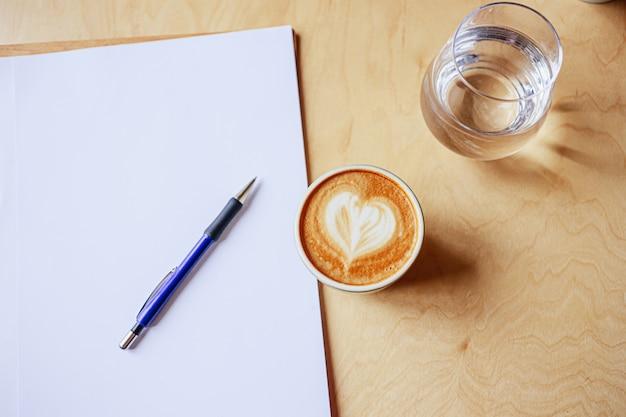Schließen sie kaffeetasse mit notizbuch