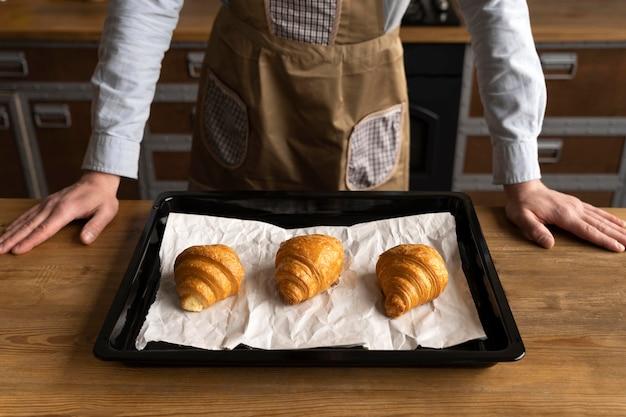 Schließen sie köstliche croissants auf tablett