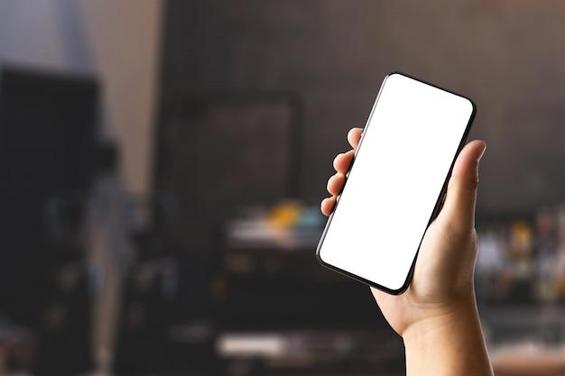 Schließen sie mannhände mit smartphone-technologie und telefontechnologietrends