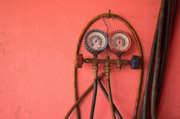 Schließen sie messgeräte und ventil auf oxigen gaszylinder in der garage.