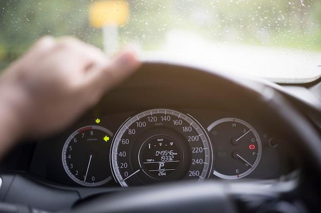 Schließen sie messinstrument von eco auto im regen