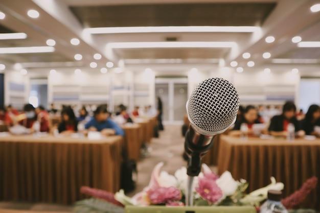 Schließen sie mikrofon in einem besprechungsraum