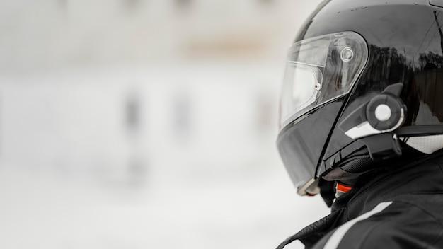 Schließen sie motorradfahrer mit helm