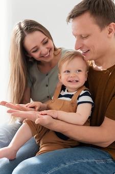 Schließen sie nah eltern mit glücklichem kleinkind