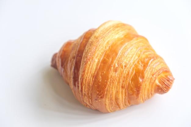 Schließen sie nahes frisches croissant auf weißem hintergrund.