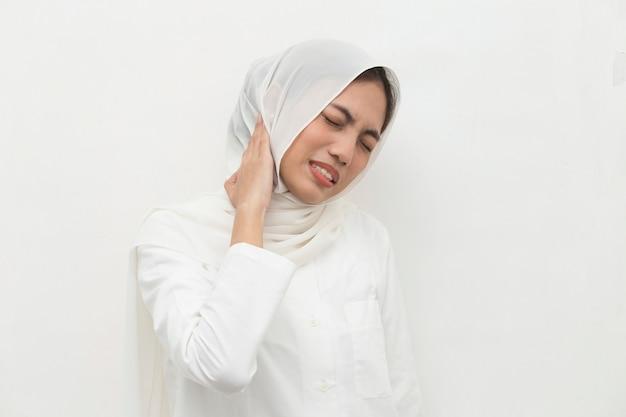 Schließen sie nahes muslimisches frauenhals- und schulterschmerz- und verletzungsmedizinisches konzept