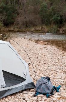Schließen sie nahes zelt für camping in der natur