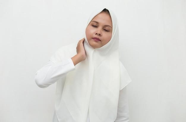 Schließen sie oben asiatische muslimische frau nacken- und schulterschmerzen und -verletzung. medizinisches konzept.