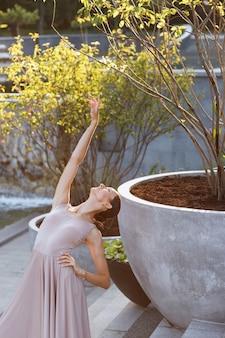 Schließen sie oben auf ballerina tanzen in einem öffentlichen park