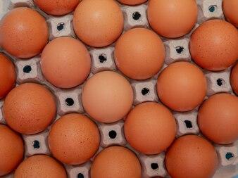 Schließen Sie oben auf braunen Eiern im Eierkarton