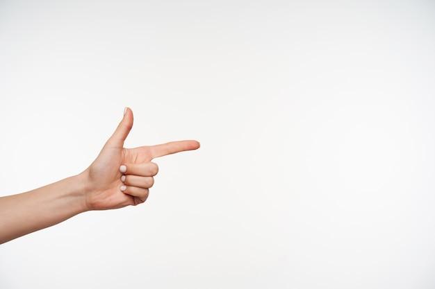 Schließen sie oben auf der hand der angehobenen frau, die zeigefinger bewegt, während sie zur seite zeigen