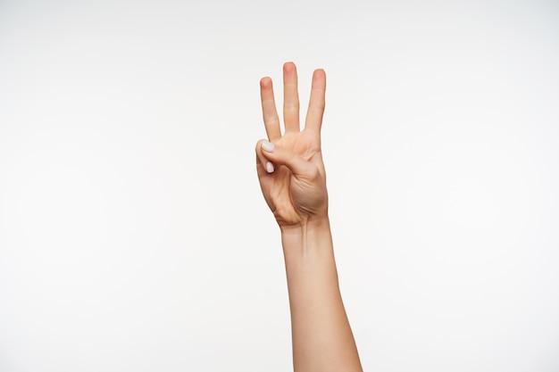 Schließen sie oben auf der hand der jungen frau, die zeichen des zählens mit den fingern zeigt
