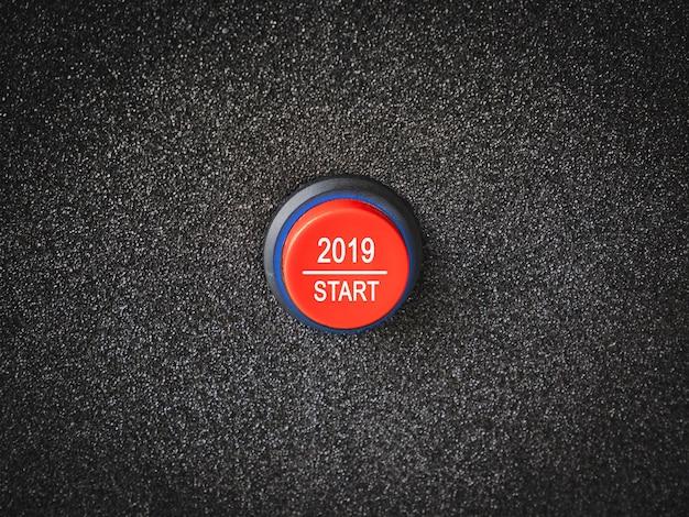 Schließen sie oben auf einem knopf mit den zahlen, die anfang zum neuen jahr 2019 zeigen.
